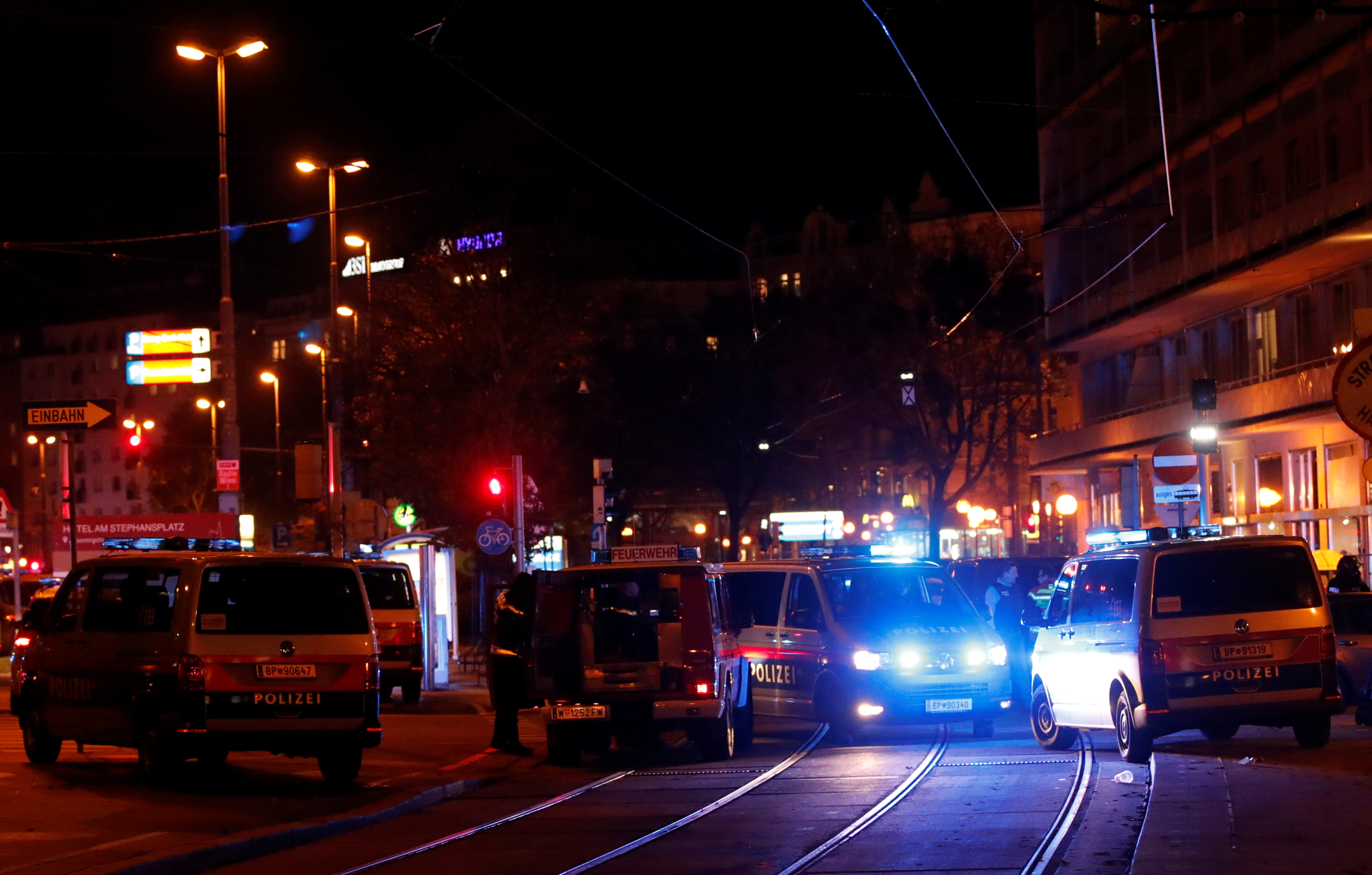 Police operation at Vienna synagogue, shots fired