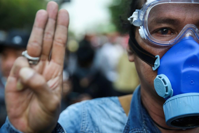 Pengunjuk rasa anti-pemerintah berkumpul di luar gedung parlemen di Bangkok, ketika anggota parlemen berdebat tentang kemungkinan perubahan konstitusi.  [Soe Zeya Tun / Reuters]