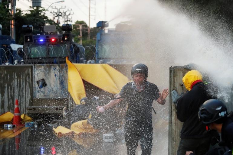 Para pengunjuk rasa disemprot dengan air selama protes anti-pemerintah pada hari Selasa [Jorge Silva / Reuters]