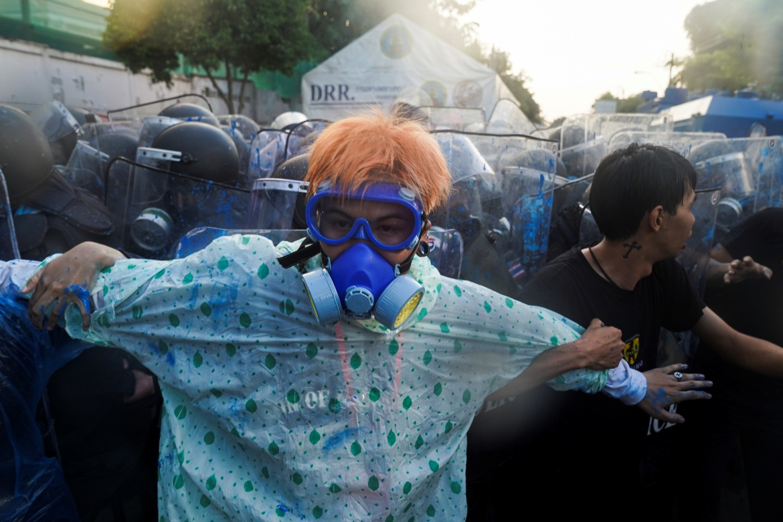 Demonstran bentrok dengan kaum royalis selama protes anti-pemerintah saat anggota parlemen berdebat tentang perubahan konstitusi, di luar Parlemen di Bangkok, Thailand, 17 November 2020 [Athit Perawongmetha / Reuters]