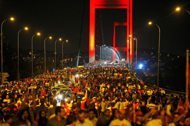 Σε αυτήν τη φωτογραφία της 21ης Ιουλίου 2016, οι κυβερνητικοί υποστηρικτές διαμαρτύρονταν ενάντια στην απόπειρα πραξικοπήματος στην εμβληματική γέφυρα του Βοσπόρου της Κωνσταντινούπολης [Αρχείο: Emrah Gurel / AP]