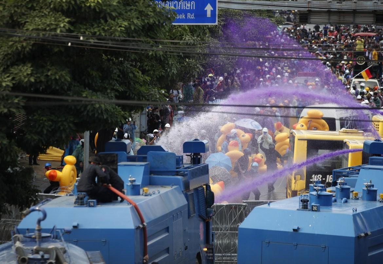 Para pengunjuk rasa menuntut perubahan pada konstitusi yang dibuat oleh bekas pemerintahan militer Thailand.  [Diego Azubel / EPA]