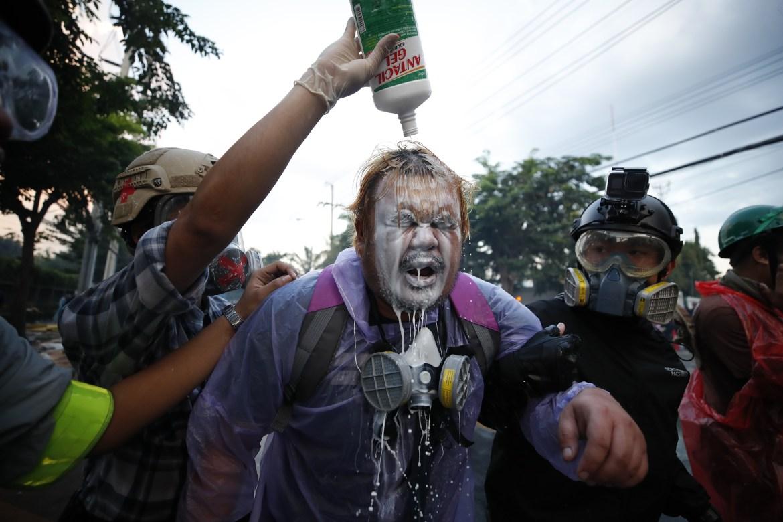 Sedikitnya 18 orang terluka, termasuk seorang petugas polisi, selama protes.  [Diego Azubel / EPA]