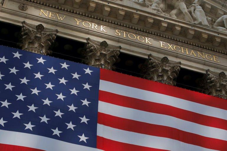 Indeks saham utama Wall Street bangkit kembali pada hari Senin setelah menutup minggu terburuknya sejak Maret [File: Andrew Kelly / Reuters]
