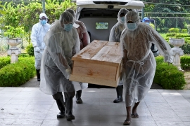 Municipal workers carry the coffin of an unclaimed body of a Covid-19 coronavirus victim to a crematorium in Colombo on December 10, 2020 [Lakruwan Wanniarachchi/ AFP]