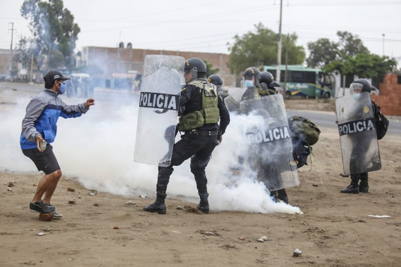 Agricultural workers clashed with riot police during a protest demanding higher incomes in Viru, 510km (317 miles) north of Lima, on December 30, 2020 [Gian Mazco/AFP]