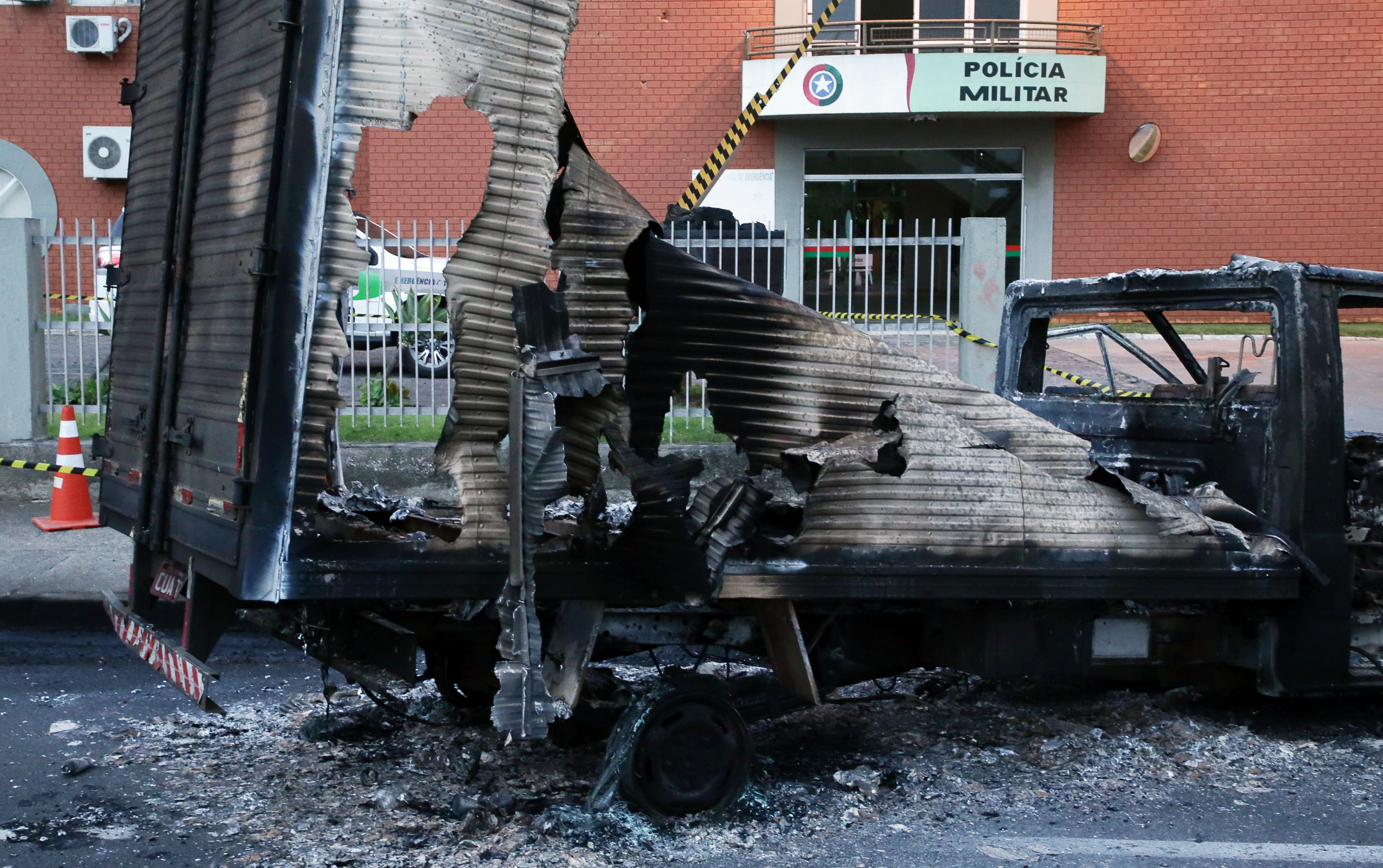 Brazilian bank robbers seize another city, sow chaos, death