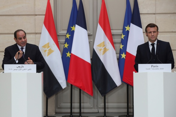 Egyptian President Abdel Fattah el-Sisi and his French counterpart Emmanuel Macron attend a joint news conference at the Elysee Palace, France [Michel Euler/Pool via Reuters]