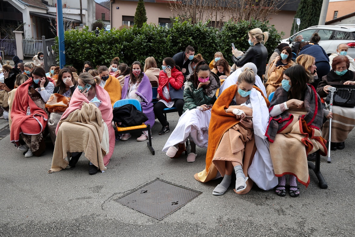 Patients and medical staff are evacuated outside the Sveti Duh Hospital after an earthquake in Zagreb. [Goran Stanzl/PIXSELL/Reuters]