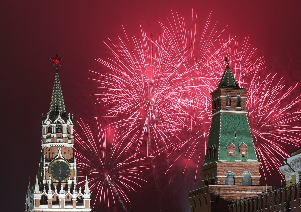 Fireworks explode behind the towers of the Kremlin during New Year's Day celebrations in Moscow, Russia, where public events have been banned in other regions [Evgenia Novozhenina/Reuters]