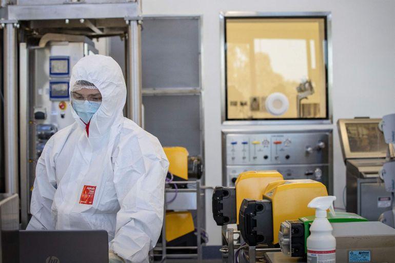 CSL akan memproduksi dosis ekstra dari vaksin yang dikembangkan oleh AstraZeneca Plc Inggris selain dari 30 juta yang sudah diproduksi [File: Darrian Traynor / Getty Images]