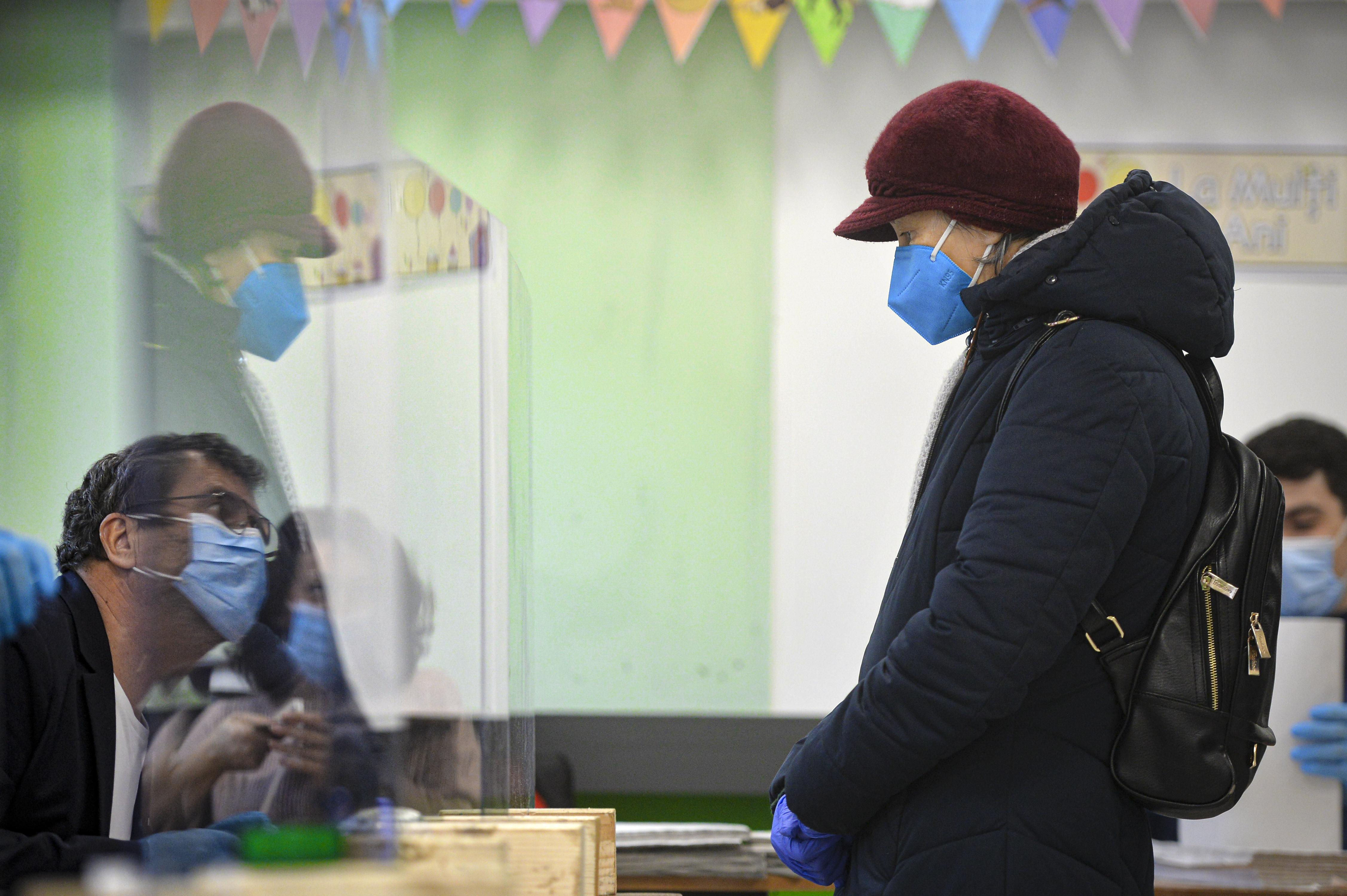 Romanians elect new lawmakers, seek end to political turmoil