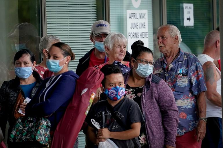 Orang-orang berbaris di luar Kentucky Career Center berharap mendapatkan bantuan untuk klaim pengangguran mereka [File: Bryan Woolston / Reuters]