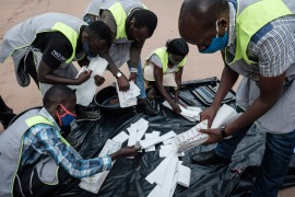 Electoral commission officials start to count ballot papers for the presidential election at a polling centre in Kampala, Uganda, on January 14, 2021 [Yasuyoshi Chiba/AFP]
