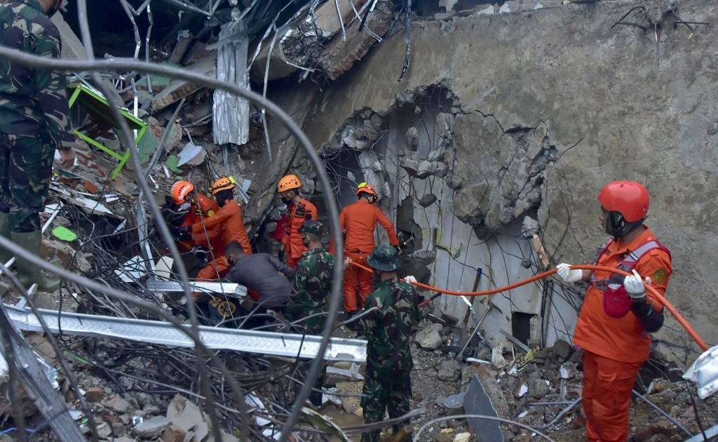 Aftershock rocks Indonesia amid seek for quake survivors
