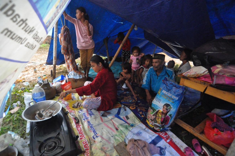 Warga berkumpul di tempat penampungan sementara di Mamuju.  Sekitar 15.000 orang meninggalkan rumah mereka setelah gempa berkekuatan 6,2 skala Richter.  [Muhammad Rifki / AFP]