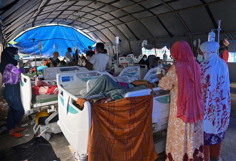 Sedikitnya 56 orang tewas dan lebih dari 820 orang terluka setelah gempa bumi yang melanda Sulawesi Barat di Indonesia.  [Adek Berry / AFP]