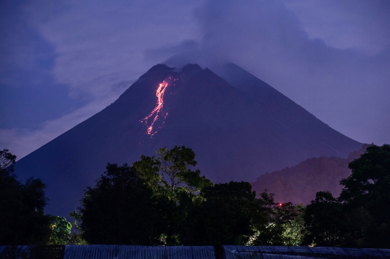 Gunung berapi 2.968 meter (9.737 kaki) berada di pulau padat penduduk Jawa dan dekat kota kuno Yogyakarta.  [Agung Supriyanto / AFP]