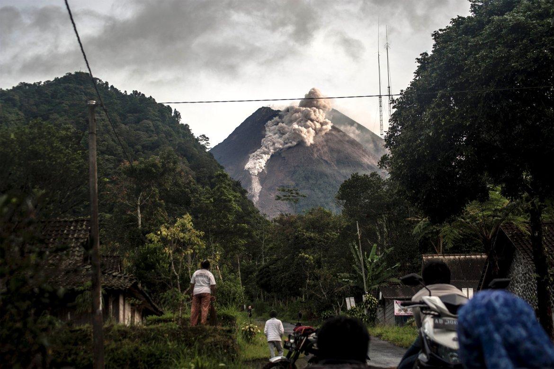 Ini adalah aliran lahar terbesar Gunung Merapi sejak pihak berwenang menaikkan tingkat bahayanya pada November.  [Agung Supriyanto / AFP]