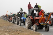 Farmers participate in a tractor rally to protest against the newly passed farm bills at Singhu border near New Delhi, India, January 7, 2021 (REUTERS/Adnan Abidi) (Reuters)