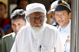 Indonesian hardline Muslim scholar Abu Bakar Bashir enters a courtroom during an appeal hearing in 2016. He was freed on Friday after completing his prison term [File: Darren Whiteside/Reuters]