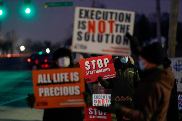 Activists in opposition to the death penalty gather to protest against the execution of Lisa Montgomery [Bryan Woolston/Reuters]