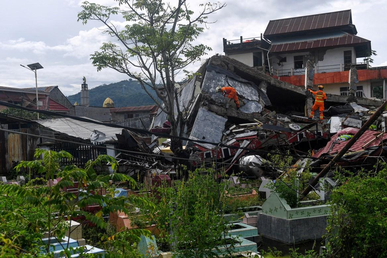 Gempa bumi dan gempa susulannya merusak lebih dari 400 rumah.  [Sigid Kurniawan / Antara Foto melalui Reuters]