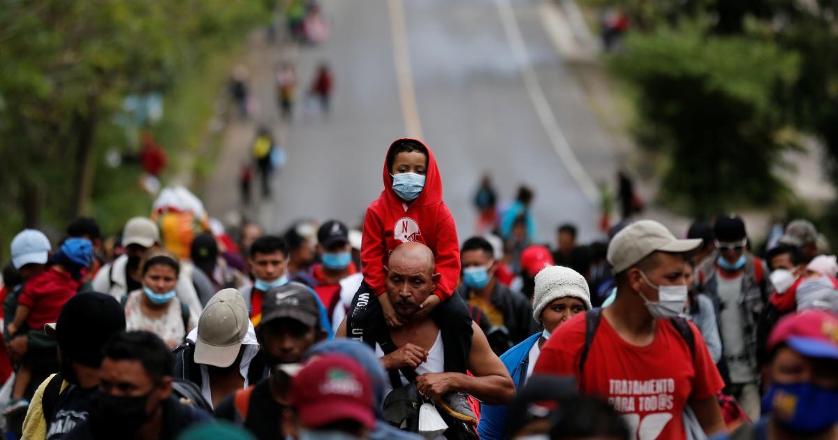 Thousands of Hondurans advance on foot in US-bound caravan