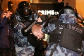 Law enforcement officers detain a man during a rally in support of jailed Russian opposition leader Alexei Navalny [Evgenia Novozhenina/Reuters]