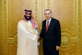 Turkey's President Recep Tayyip Erdogan, right, shakes hands with Saudi Crown Prince Mohammed bin Salman prior to their meeting in Jeddah, Saudi Arabia, July 23, 2017 [Presidency Press Service/Pool Photo via AP]