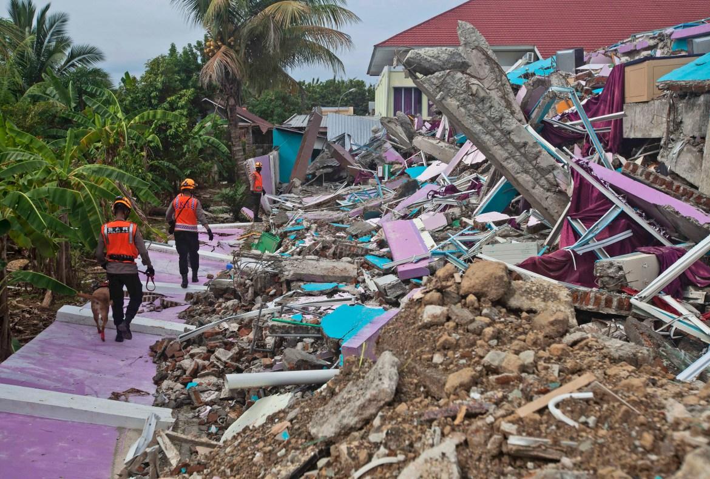 Jalan dan jembatan yang rusak, pemadaman listrik dan kurangnya alat berat menghambat penyelamat Indonesia.  [Yusuf Wahil / Foto AP]