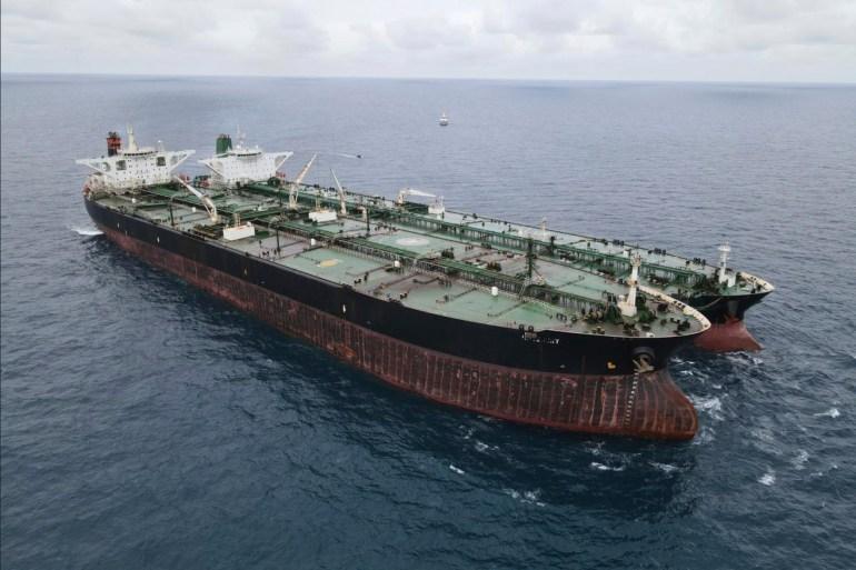 MT Frea berbendera Panama, kiri, dan Kapal tanker MT berbendera Iran terlihat berlabuh di perairan Pontianak di lepas pantai pulau Kalimantan, Indonesia pada hari Minggu [Badan Keamanan Laut Indonesia via AP]
