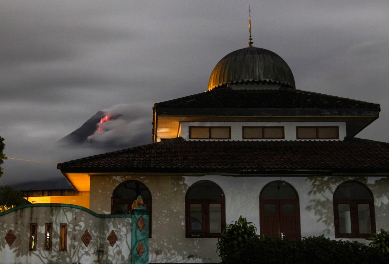 Lava panas mengalir dari kawah Gunung Merapi, di belakang masjid di Sleman.  [Foto Slamet Riyadi / AP]