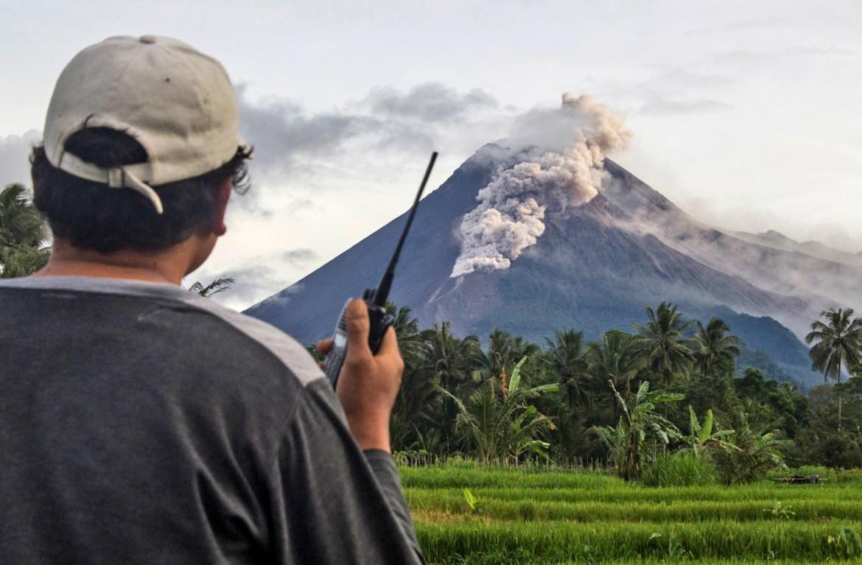 Seorang relawan memantau Gunung Merapi saat terjadi letusan baru.  [Foto Slamet Riyadi / AP]