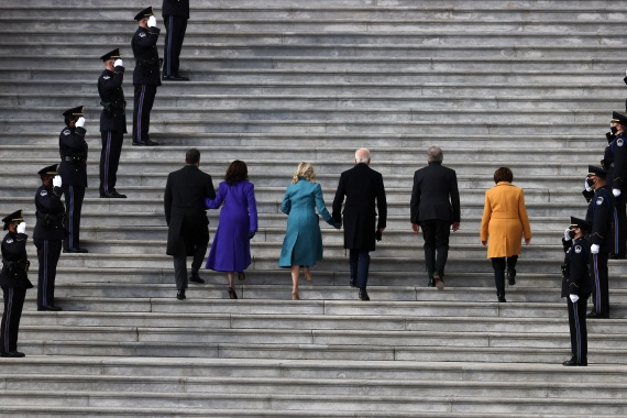 Doug Emhoff, US Vice President-elect Kamala Harris, Jill Biden, President-elect Joe Biden, US Sen. Roy Blunt and US Sen. Amy Klobuchar walk into the US Capitol for the inauguration. [Joe Raedle/Getty Images]
