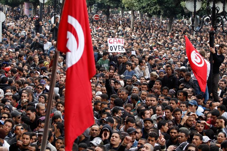 Para pengunjuk rasa berdemonstrasi menentang Presiden Tunisia Zine el-Abidine Ben Ali di Tunis pada 14 Januari 2011 [File: Zohra Bensemra / Reuters]