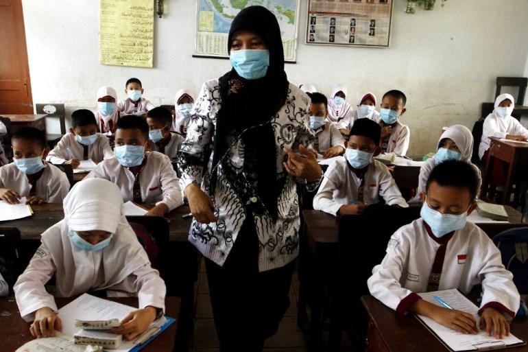 Indonesia secara resmi mengakui enam agama, tetapi kekhawatiran telah berkembang dalam beberapa tahun terakhir bahwa interpretasi Islam yang lebih konservatif mendorong intoleransi beragama [Abdul Qodir / AFP]