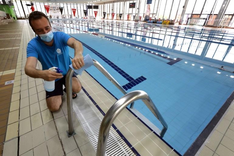Upaya Prancis untuk menyelidiki pelajaran renang yang terlewat sedang dilakukan selama pandemi virus korona, ketika kolam ditutup [Eric Gaillard / Reuters]