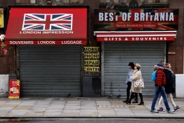 People walk in pairs past closed shops amid the coronavirus disease (COVID-19) pandemic in London, UK, January 31, 2021 [Kevin Coombs/Reuters]