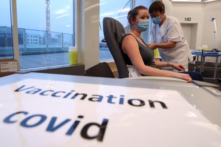 Kekhawatiran meningkat bahwa varian baru COVID-19 yang berpotensi lebih menular dapat membuat putaran vaksin yang disetujui saat ini dan kandidat generasi pertama lainnya yang sedang dalam proses menjadi kurang efektif [File: Yves Herman / Reuters]