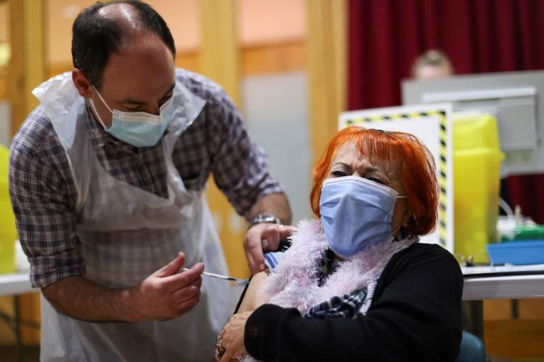 Seorang wanita menerima vaksin melawan virus korona di Chesterfield, Inggris pada tanggal 3 Februari [Carl Recine / Reuters]