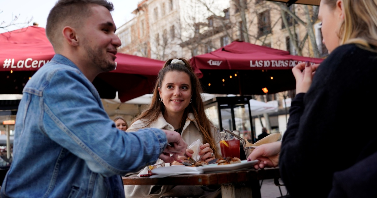 2021-02-08 09:57:50 | 'All open': French flock to Madrid cafes for pandemic reprieve | Coronavirus pandemic News