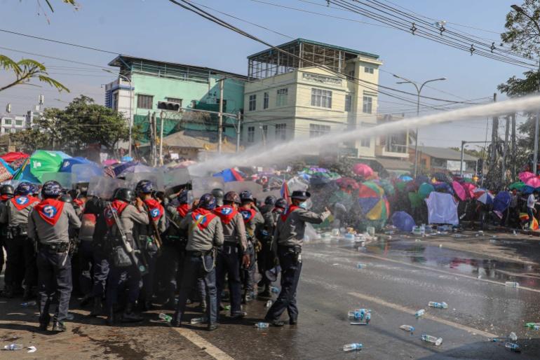 Полиция использует водометы против демонстрантов требующих освобождения избранного лидера  Су Чжи в Мандалае, Мьянма. 9 февраля 2021 г. [Файл: Stringer / Reuters]