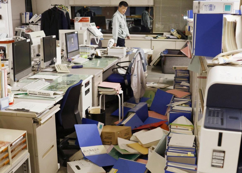 Barang-barang berserakan di lantai kantor kota Hirono setelah gempa bumi, di Prefektur Fukushima, timur laut Jepang.  [Kyodo melalui Reuters]