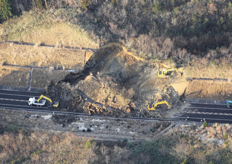 Tanah longsor yang disebabkan oleh gempa menghalangi jalan tol Joban di Soma, Prefektur Fukushima.  [Kyodo melalui Reuters]