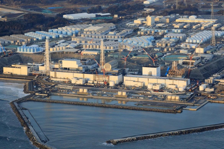 Pembangkit listrik tenaga nuklir Fukushima Daiichi di kota Okuma, prefektur Fukushima setelah gempa kuat yang mengguncang timur laut Jepang.  Tidak ada kelainan yang dilaporkan di pembangkit nuklir itu, yang meleleh setelah gempa Maret 2011.  [Kyodo melalui Reuters]