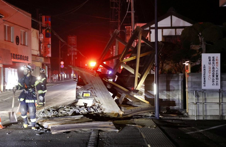 Gempa bumi berkekuatan 7,3 skala Richter melanda pantai timur Jepang pada Sabtu malam, mengguncang wilayah yang dilanda gempa kuat tahun 2011, tsunami, dan kehancuran nuklir.  [Kyodo melalui Reuters]