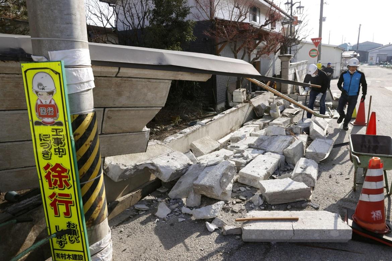 Dinding yang runtuh setelah gempa bumi, di Kunimi, Prefektur Fukushima.  [Kyodo melalui Reuters]