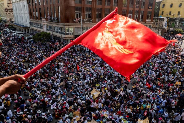 Демонстранты протестуют против военного переворота в Янгоне, Мьянма, 17 февраля 2021 г. [Stringer / Reuters]