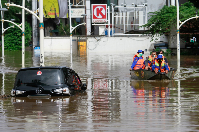 Sekitar 1.380 warga Jakarta dievakuasi dari bagian selatan dan timur kota, rumah bagi 10 juta orang.  [Ajeng Dinar Ulfiana / Reuters]